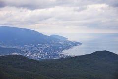 naken sky för blå crimea kullliggande Sikt av den Yalta staden från detPetri berget arkivfoton