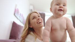 Naket behandla som ett barn med leende för fem tänder Lyckligt behandla som ett barn med modern som ler och, ha gyckel lager videofilmer