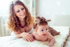 Naket behandla som ett barn med modern Royaltyfri Fotografi