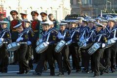 Nakhimov海军学校的年轻鼓手宫殿的摆正  免版税库存图片