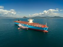 Nakhodka Ρωσία - 7 Σεπτεμβρίου 2017: Βυτιοφόρο Zaliv Nakhodka Bunkering ένα μεγάλο σκάφος εμπορευματοκιβωτίων Maersk Honam Στοκ Φωτογραφία