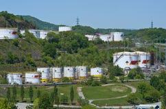 Nakhodka, Extremo Oriente de Rússia - 30 de maio de 2014: Central de petróleo de Rosneft no porto do dia de verão ensolarado de N imagens de stock