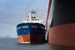 Nakhodka fjärd Östligt (Japan) hav - Juli 22, 2015: Bunkra företaget för MSC för skepp för tankfartygVitaly Vanukhin behållare royaltyfri fotografi