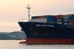 Nakhodka fjärd Östligt (Japan) hav 30 Juni 2015: Pilbågen av en enorm CMA för behållareskeppet CGM Eiffel ankrade royaltyfri foto