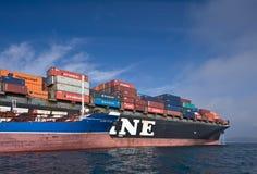 Nakhodka fjärd Östligt (Japan) hav - September 17, 2015: Bunkra skeppet för tankfartygOstrov Russkiy behållare NYK Aphrodita arkivfoton