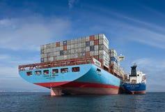 Nakhodka fjärd Östligt (Japan) hav 17 September 2015: Bunkra skeppet för tankfartygVitaly Vanykhin behållare Cornelia Maersk arkivfoton