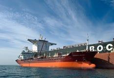 Nakhodka fjärd Östligt (Japan) hav 17 September 2015: Bunkra tankfartygGazpromneft Zuid den östliga bäraren i stora partier FMG C royaltyfri foto