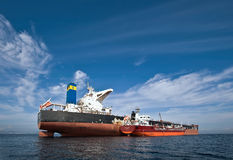 Nakhodka fjärd Östligt (Japan) hav - September 17, 2015: Bunkra tankfartygGazpromneft Zuid den östliga bäraren i stora partier FM royaltyfri foto