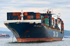 Nakhodka Rússia - 2 de agosto de 2015: Espadim da CGM de CMA do navio de recipiente que está nas estradas na âncora Foto de Stock Royalty Free