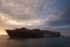 Nakhodka, Rússia - 5 de agosto de 2015: Navio de recipiente CAM Bruxelas que está nas estradas na âncora Fotos de Stock Royalty Free