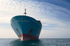 Nakhodka Rússia - 17 de setembro de 2015: Navio de recipiente Cornelia Maersk que está nas estradas na âncora Fotografia de Stock