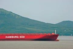 Nakhodka Rosja, Lipiec - 02, 2016: Łęk ogromny zbiornika statek Santa Rosa przy zakotwiczający w drogach Zdjęcia Stock