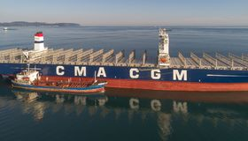 Nakhodka Rosja, Lipiec - 29, 2017: Bunkering tankowiec Ostrov Russkiy wielki zbiornika statku CMA CGM J adams Fotografia Stock