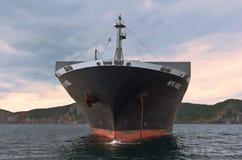 Nakhodka Rosja, Lipiec - 02, 2015: Zbiornika statku NYK Rigel pozycja na drogach przy kotwicą Fotografia Royalty Free