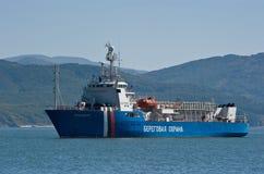 Nakhodka, Rosja Październik 04, 2015: Straż przybrzeżna statek Herluf Bidstrup zakotwicza w roadstead Zdjęcia Stock