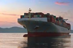 Nakhodka Rosja, Sierpień - 01, 2014: Zbiornika statku COSCO Filipińska pozycja na drogach przy kotwicą Obraz Stock