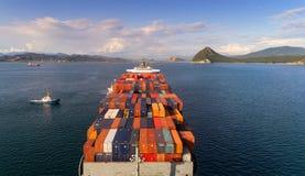 Nakhodka Rusland - Augustus 30, 2017: Heldere container op het schip van het bedrijf NYK van hierboven Royalty-vrije Stock Fotografie