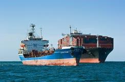 Nakhodka Rusland - Augustus 30, 2017: Tanker Ostrov Russkiy na het bunkering van passen door containerschip ZIM San Diego Stock Foto's