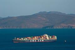 Nakhodka, Rusland 18 Februari, 2017: CGM Figaro die van CMA van het containerschip zich op de wegen bij anker bevinden Stock Afbeeldingen