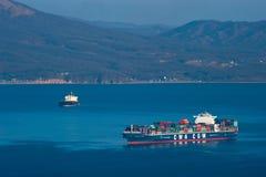 Nakhodka, Rusland 14 Februari, 2017: Het La Scala die van CGM van CMA van het containerschip zich op de wegen bij anker bevinden Royalty-vrije Stock Fotografie