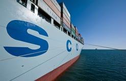 Nakhodka Rusland - Juli 06, 2016: Containerschip COSCO die Peking zich op de wegen bij anker bevindt Royalty-vrije Stock Afbeelding