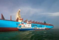 Nakhodka, Rusland - Juli 12, 2017: De bunkers van tankerzaliv Nakhodka in de inval een groot bedrijf Maersk van het containerschi Stock Foto's