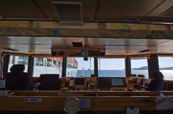 Nakhodka Rusland - Juli 06, 2016: Mening van de brug van het schip voor het bunkering van het bedrijf van het schipcosco van de b Royalty-vrije Stock Afbeelding