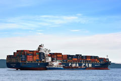Nakhodka, Rusland 30 Juni, 2015: Van de het Eilandcontainer van de Bunkeringstanker Russisch van het schipcma CGM Eiffel Royalty-vrije Stock Afbeelding
