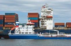 Nakhodka Ryssland - Augusti 02, 2015: Bunkra tankfartyget Zaliv Nakhodka en stor för CMA för behållareskepp Marlin CGM Royaltyfri Fotografi