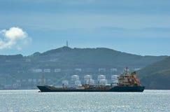 Nakhodka Ryssland - Augusti 2, 2015: TankfartygNicholay Shalavin ankare i vägarna mot bakgrunden av en företagsRo för olje- termi royaltyfria bilder