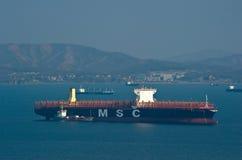 Nakhodka Ryssland Februari 15, 2017: Bunkra skeppet för tankfartygOxenbehållare MSC Rifaya Royaltyfria Bilder