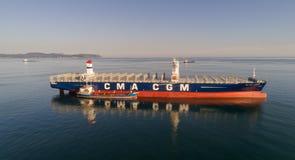 Nakhodka Ryssland - Juli 29, 2017: Bunkra tankfartyget Ostrov Russkiy en stor CMA för behållareskepp CGM J adamoen Royaltyfria Foton