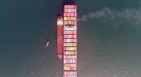 Nakhodka Ryssland - Juli 23, 2018: Bunkra tankfartyget Ostrov Sakhalin en stor kompetens för behållareskepp ETT royaltyfri bild