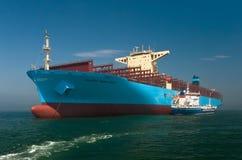Nakhodka Ryssland - Juli 12, 2017: Bunkra tankfartyget Zaliv Nakhodka ett stort behållareskepp Maersk Hong Kong fotografering för bildbyråer