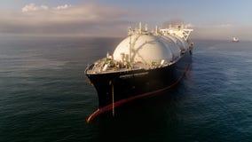 Nakhodka Ryssland - Juli 28, 2017: LNG-tankfartyg energiframsteg på ankaret i vägen arkivfoto