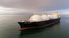 Nakhodka Ryssland - Juli 28, 2017: LNG-tankfartyg energiframsteg på ankaret i vägen arkivbilder