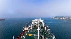 Nakhodka Ryssland - Juli 29, 2018: Tankfartyget Ostrov Russkiy är förlovad, i att bunkra LNG-tankfartyget Ob River, ankras i väge arkivfoton