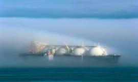 Nakhodka Ryssland - Juli 28, 2017: TankfartygRN-polstjärnan är förlovad, i att bunkra LNG-tankfartyg energiframsteg, ankras i väg arkivbild