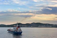 Nakhodka Ryssland - Juni 03, 2016: Tankfartyget Zaliv Nakhodka ankrade i vägarna mot bakgrunden av ett företag Rosn för olje- ter Royaltyfria Foton