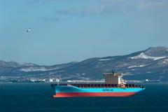 Nakhodka Ryssland - mars 22, 2019: Behållareskepp Adrian Maersk på ankaret i vägarna arkivbild