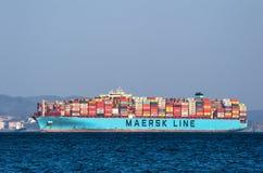 Nakhodka Ryssland - mars 26, 2019: Behållareskepp Maersk Evora på ankaret i vägarna arkivfoto