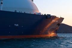 Nakhodka Ryssland - mars 31, 2014: Pilbågen av en enorm LNGbärare storslagna Aniva på förankrat i vägarna royaltyfria foton