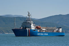 Nakhodka Ryssland Oktober 04, 2015: Kustbevakningskeppet Herluf Bidstrup ankras i redden Arkivfoton