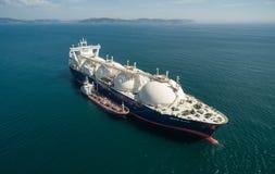 Nakhodka Ryssland - September 07, 2017: Tankfartyget Zaliv Vostok är förlovad, i att bunkra LNG-tankfartyget som storslagna Elena royaltyfri fotografi
