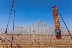 NAKHON帕侬泰国10月23日:供以人员小船为小船节日季节做准备 被阐明的火小船节日在洛坤P 库存照片