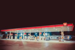 NAKHON PATHOM, ΤΑΪΛΆΝΔΗ - ΤΟ ΦΕΒΡΟΥΆΡΙΟ ΤΟΥ 2018: το πρατήριο καυσίμων καυσίμων της Shell στη σκηνή νύχτας Στοκ φωτογραφία με δικαίωμα ελεύθερης χρήσης