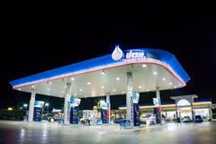 NAKHON PATHOM, ТАИЛАНД - ФЕВРАЛЬ 2018: бензозаправочная колонка топлива PTT в сцене ночи Стоковые Фото