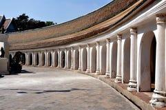 Nakhon, Pathom, Tailândia: Galeria do claustro no templo tailandês Imagens de Stock