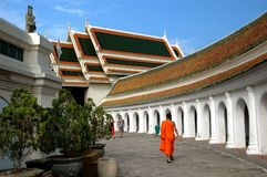 Nakhon Pathom, Tailândia: Monge em Wat Phra Pathom Chedi Imagem de Stock Royalty Free