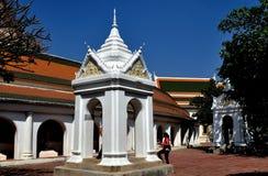 Nakhon, Pathom, Tailândia: Torre de sino no templo tailandês imagem de stock